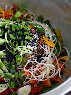 Салат от джейми с креветками и рисовой лапшой